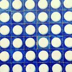 Blue and white a classic #Portuguese #tile #color combination. #Handmade #tiles from #Lisbon #Portugal are known as #azulejos. Not only are they the perfect material for #floors but they also play an important role as #façades or #exterior #walls. Many thanks to @daveguerra for tagging us!   #architecture #artisan #arquitectura #arquitetura #design #decor #home #homedecor #hardscape #landscape #tileart #tiledesign #tileometry #tileaddiction #tilework #vintage by tileometry