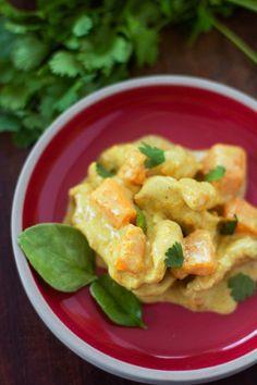 Il est tout à fait possible de réaliser un bon curry même le soir après sa journée de travail et pas beaucoup de temps pour cuisiner devant soi. Il suffit de choisir une viande qui cuit rapidement et un légume tout aussi facilement utilisable ! Pour pouvoir effectuer ce genre de plat haut en couleurs, j'ai toujours dans mon congélateur les incontournables : des feuilles de citron kaffir (ou combava), des feuilles de curry, du gingembre et de la citronnelle. Je trouve notamment les deux…