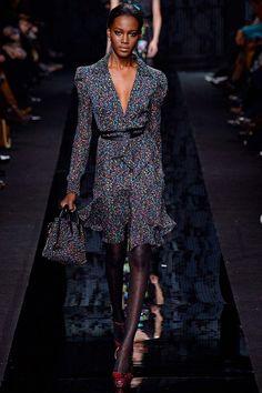 Соблазн стал главной темой коллекции Diane von Furstenberg осень-зима 2015 – это следовало из названия, придуманного самим дизайнером. Модели дефилировали в скромных платьях по колено, брюках и жилетках в мелкую полоску, «офисных»