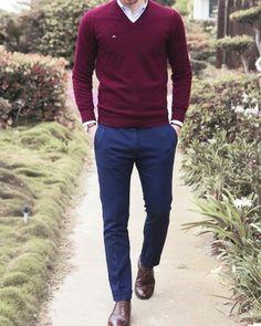 eleganter-Outfit-weinroter-Pullover-Herren-blaue-Hosen-braune-Schuhe