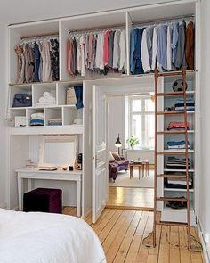 O pé direito alto permite o projeto de um closet aberto na parte superior do quarto. O acesso com a escada em bronze é um charme. #designdeinteriores #closet #quarto