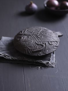 Black ceramic with nordic dragon ornament Photo: Siren Lauvdal Styling: Kirsten Visdal Baking Clay, Serving Dishes, Oslo, Spoons, Ornament, Dragon, Ceramics, Inspiration, Black