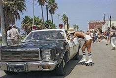 Amazing Photos That Capture Rollerskates at Venice Beach, Los Angeles in 1979 Santa Monica, Nyc, Outdoor Roller Skates, West Coast Road Trip, Vintage California, Vintage Surf, California Living, California Surf, California Style
