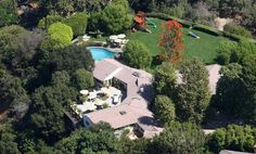 This fancy house belongs to the famous actor couple Jennifer Garner and Ben Affleck. The house is built in 1940 and its 800 m2! The house includes six bathrooms and seven bedrooms, there is also six fireplaces to get cozy in front of during the winter time. The building is situated in Pacific Palisades and it is worth over 17.5 million dollar. The couples daughters Violet and Seraphina is probably very happy with living in this house which has a major garden and a big pool to play in. The…