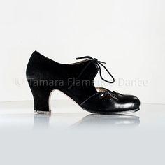 Zapato profesional de flamenco Begoña Cervera modelo Petalos ante negro y charol https://www.tamaraflamenco.com/es/zapatos-de-flamenco-profesionales-4