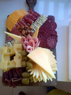 Cheese tray ideas birthday parties finger foods ideas for 2019 Meat Trays, Meat Platter, Food Platters, Cheese Platters, Plateau Charcuterie, Charcuterie And Cheese Board, Party Trays, Party Dishes, Hot Cheese Dips