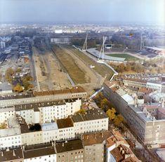 Luftbilder der Berliner Mauer am Friedrich-Ludwig-Jahn-Sportpark nach dem Ausbau der Grenzanlagen / 1988 wurde der Verlauf der Berliner Mauer ein letztes Mal verändert. Durch einen Gebietstausch mit West-Berlin konnte die DDR die Grenze hier 50 Meter in Richtung Westen verlegen. Luftbilder dokumentieren den Verlauf nach dem Ausbau der Grenzanlagen.