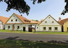 Selský dvůr | Chatař & Chalupář Modern Luxury, Romania, Mansions, Lifestyle, House Styles, Stylish, Home Decor, Decoration Home, Manor Houses