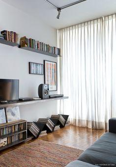 Prateleiras e móvel para discos feito com chapas de metal garantem o clima industrial ao apê.