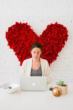 DIY heart backdrop with tutorial. Perfect for photo backdrop, party decoration, or to spruce up the office. #heart #photobooth #valentinesday