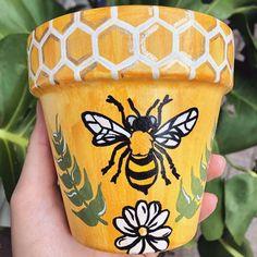Flower Pot Art, Flower Pot Design, Clay Flower Pots, Bee On Flower, Flower Pot Crafts, Clay Pot Crafts, Clay Pot Projects, Painted Plant Pots, Painted Flower Pots