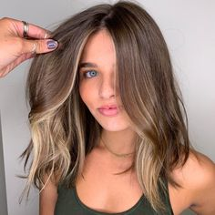 Hair Color Streaks, Hair Color Balayage, Hair Highlights, Face Frame Highlights, Blonde Streaks, Cabelo Inspo, Medium Hair Styles, Curly Hair Styles, Aesthetic Hair