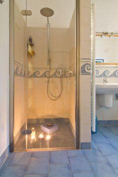 Begehbare Dusche Ebenerdig Mit Bordüre Aus Mosaik Fliesen   Bad Ideen  Bungalow Barrierefrei Mit Klinker Fassade