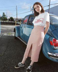 Street style: que tal combinar a saia midi xadrez com uma t-shirt larginha e vans oldskool preto.
