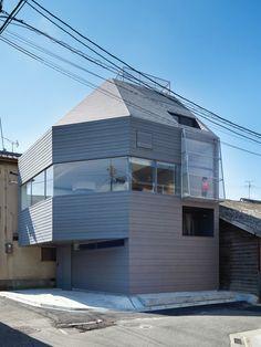 因為基地形狀的關係,建築師只得順應地形設計出多角形的建築,來爭取居家的使用空間,同時大量運用錯層的設計創造小空間的層次感,更聰明地借用白牆的放大效果以及斜面角度的延展視覺,弱化空間的邊邊角角。 via 藤原・室 建築設計事務所