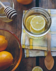Cold and flu reduce your appetite but healthy eating and drinking plenty of fluids not only helps you recover faster, it can relieve symptoms like sore throat and congestion. Find out more about foods that help relieve cold and flu. Honey And Lemon Drink, Lemon Water, Honey Lemon, Lemon Oil, Cold Remedies, Natural Remedies, Health Remedies, Make Day, Digestion Difficile