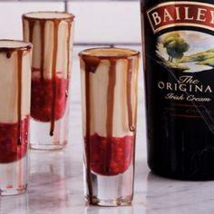 Vampire's Kiss Shots - We Gotta Thing Baileys Irish Cream, Baileys And Vodka, Baileys Drinks, Baileys Recipes, Jello Shot Recipes, Alcohol Drink Recipes, Vodka Drinks, Yummy Drinks, Alcoholic Beverages