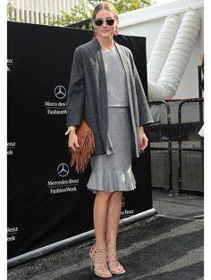 「キャロリーナ へレラ」のショー会場でキャッチしたオリヴィア・パレルモは、同ブランドのドルマンスリーブのトップとマーメイドスカートを合わせた上品なグレーのワントーンコーディネートが今年らしい。BOHOシックなフリンジクラッチを投入してミックスマッチのスタイルに。