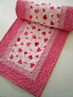 Simple table runner using heart fabric ~ Quilted Handmade Table Runner Valentine by PatchworkMountai Table Runner And Placemats, Table Runner Pattern, Quilted Table Runners, Fabric Placemats, Small Quilts, Mini Quilts, Place Mats Quilted, Quilted Table Toppers, Handmade Table