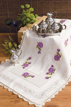 Trilho de mesa com flores lilás\\no site tem todos os detalhes de pontos e fios a utilizar