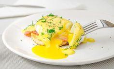 Яйца Бенедикт - это прекрасный завтрак, представляющий собой бутерброд из поджаренного тоста или булочки с яйцами-пашот, беконом или ветчиной и голландским соусом