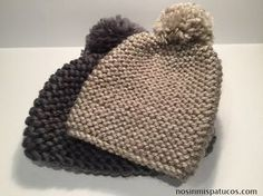 Gorro tejido con dos agujas usando la técnica de punto musgo o punto bobo. Agujas de punto del número 6, ovillo de lana, tijeras, aguja lanera, pon pon Crochet Baby Hats, Knitted Hats, Knit Crochet, Beanie Knitting Patterns Free, Baby Knitting, Ski Hats, Handmade Books, Baby Sewing, Headbands