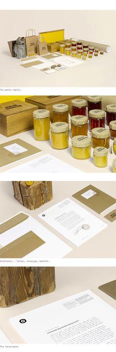 """Main Honig é uma derivação de """"My Honey"""" e vendem diversos tipos de mel, cultivados naturalmente na Austria. Para a marca, Thomas LichtblaueWe are WILDcriaram uma identidade retrô b…"""