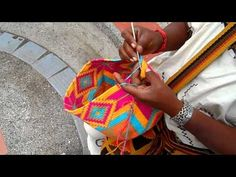 Tapestry Crochet Free Patterns: Wayuu Mochila Crochet Bags, Purses, Pillows, Tips and Free Patterns Crochet Shell Stitch, Crochet Stitches, Crochet Patterns, Cute Crochet, Crochet Crafts, Crochet Projects, Tapestry Bag, Tapestry Crochet, Crochet Handbags