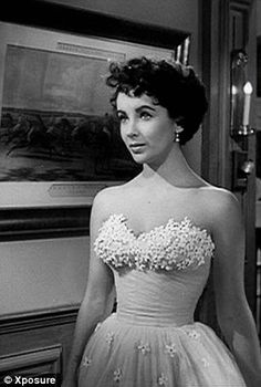 A Place in the Sun - Elizabeth Taylor as Angela Vickers wearing the iconic tulle dress with strapless beaded bodice designed by Edith Head. Hollywood Stars, Old Hollywood Glamour, Golden Age Of Hollywood, Vintage Hollywood, Classic Hollywood, Glamour Hollywoodien, Vintage Glamour, Charles And Diana Wedding, Stars D'hollywood