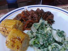 Carne con miel y vegetales, mazorca asada y ensalada de acelga, lechuga y huevo cocido.