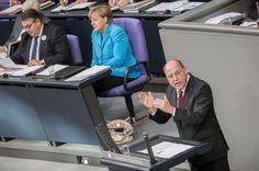 Gregor Gysi hat in einer schonungslosen Rede im Bundestag die Kriege, von denen auch die deutsche Rüstungsindustrie profitiert, als die Ursache für Flucht und Vertreibung benannt. Er stellte wichtige Fragen an die Kanzlerin. Eine Antwort wird er wohl nie erhalten.