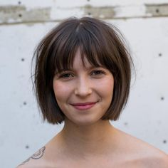 Hottest Pictures Find Your Best Bob Haircut for 2019 Ideas Who created the Bob hair? Bob has been leading the league of tendency hairstyles for decades. Bobbed Hairstyles With Fringe, Fringe Haircut, Stacked Bob Hairstyles, Bob Haircut With Bangs, Long Bob Hairstyles, Haircut Style, Short Hair Cuts, Short Hair Styles, French Bob