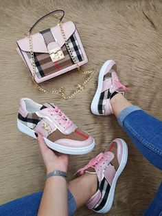 Matching purse and sneakers Nike Shoes, Shoes Sneakers, Shoes Heels, Sneakers Fashion, Fashion Shoes, Nike Fashion, Fashion Models, Louis Vuitton Shoes, Hot Shoes