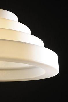 Cake on näyttävä valaisin joka yllättää keveydellään ja antaa kauniin valon. Design Eero Aarnio