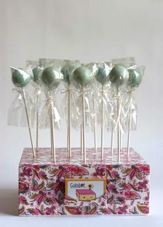 Learn how to package cake pops and a DIY cake pop stand with a paisley pattern. Diy Cake Pop Stand, Cake Pop Holder, Cake Pop Stands, Cake Pops, Card Holder, Bake Sale Treats, Bake Sale Recipes, Mini Cakes, Cupcake Cakes