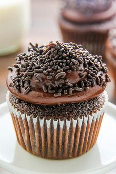Old-fashioned chocolate buttermilk cupcakes topped with a generous swirl of homemade chocolate frosting. A timeless classic! Chocolate Fudge Cupcakes, Homemade Chocolate Frosting, Mocha Cupcakes, Strawberry Cupcakes, Velvet Cupcakes, Chocolate Buttercream, Vanilla Cupcakes, Buttercream Frosting, Cupcake Recipes