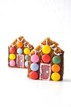 Traktatie door Laura Yark - snoephuisje van ontbijtkoek - little candyhouse Funny Food, Food Humor, Cute Food, Food Charts, Happy Party, Xmas Food, Party Treats, Everyday Food, Cakes And More