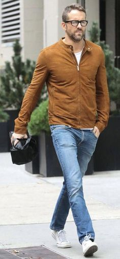 Ryan Reynolds with a fall outfit idea with a tobacco brown suede leather jacket light wash denim white t-shirt white canvas low top chuck taylor sneakers White Converse Outfits, Jean Outfits, Casual Outfits, Fashion Outfits, Ryan Reynolds Style, Stylish Men, Men Casual, Mens Clothing Styles, Menswear