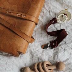 61061836bbb #wearelillesvend, baby essentials, Suttesnor, pacifier clip, suttesnor med  navn, bleomslag