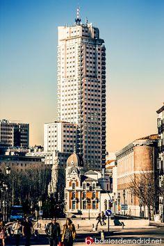 La Calle Bailén nos regala imágenes como el Edificio Madrid en todo su esplendor. Con la llegada de la Primavera, este lugar se vuelve uno de los lugares favoritos de los madrileños para pasear. © www.barriosdemadrid.net #Madrid #Fotografía