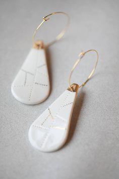 Iwaki sont des boucles doreilles modernes et minimaliste aux lignes épurées faites en porcelaine de Limoges et or. Elles sont toutes les deux des pièces uniques, et pour une touche de modernité, elles se rencontrent et forment une paire.