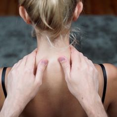 Schulter-Nacken-Massage In this video we show you how to do a relaxing shoulder-neck massage. If there is nobody to massage, you can help yourself – [. Massage Tips, Partner Massage, Massage Therapy, Fitness Workouts, Yoga Fitness, Physical Fitness, Fitness Men, Fitness Motivation, Yoga Facial