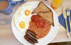 Still not willing to try intermittent fasting? A new study in the American Journal of Clinical Nutrition suggests that skipping breakfast won't slow your metabolism or prevent you from losing weight. Perfect Breakfast, Eat Breakfast, Breakfast Recipes, Breakfast Beans, Daily Protein Intake, Romania Food, Bad Carbohydrates, Healthy Diet Plans, How To Lose Weight Fast