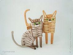 Cat Crafts, Diy And Crafts, Arts And Crafts, Newspaper Basket, Newspaper Crafts, Willow Weaving, Basket Weaving, Sewing Baskets, Wicker Baskets