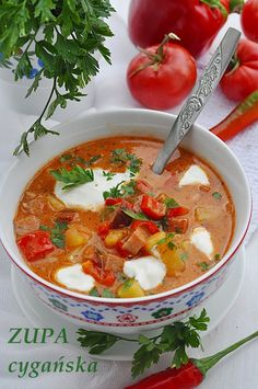 Zupa cygańska, czyli jesienna zupa z boczkiem, kiełbasą, z papryką i pomidorami.
