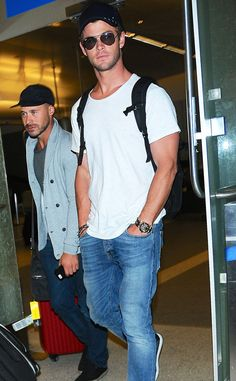 Chris Hemsworth makes us swoon, even at airports!