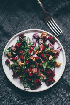 Ein sommerlicher rote Beete Salat für die letzten kommenden Sommertage. Wenig Zutaten, dafür unglaublich viel guter Geschmack.