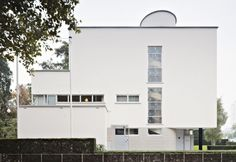 L'esterno di Casa Sonneveld con le finestre orizzontali e il garage interno, elementi tipici anche del Modernismo di Le Corbusier