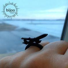 Ob du ein Airliner bist oder einfach nur liebend gerne fliegst: dieser kleine, flexible, weiche Flugzeugring wird dein persönlicher Flugbegleiter sein. Flight Attendant, Natural Rubber, Aircraft, Ring, Simple