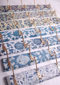 Coat hooks decoupage patterns, great idea for downstairs bathroom at sw Decoupage Furniture, Painted Furniture, Diy Furniture, Decoupage Ideas, Furniture Design, Napkin Decoupage, Shabby Chic Furniture, Home Crafts, Diy Home Decor